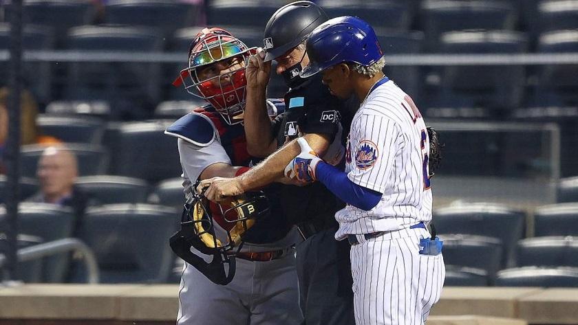 Судье бейсбольного матча мяч попал прямо в голову с бешеной скоростью