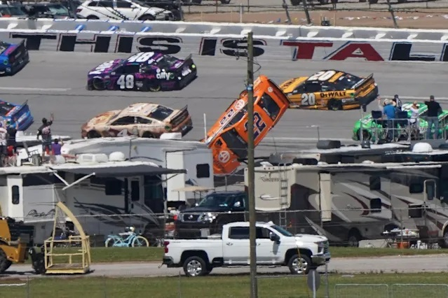 """Гонщик NASCAR на гонке """"Talladega Superspeedway"""" попал в страшную аварию"""