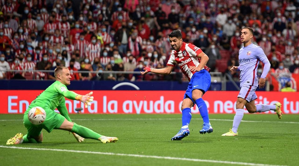 Мадридский  «Атлетико» добыл уверенную победу над «Барселоной» и поднялся на вершину испанской Ла Лиги
