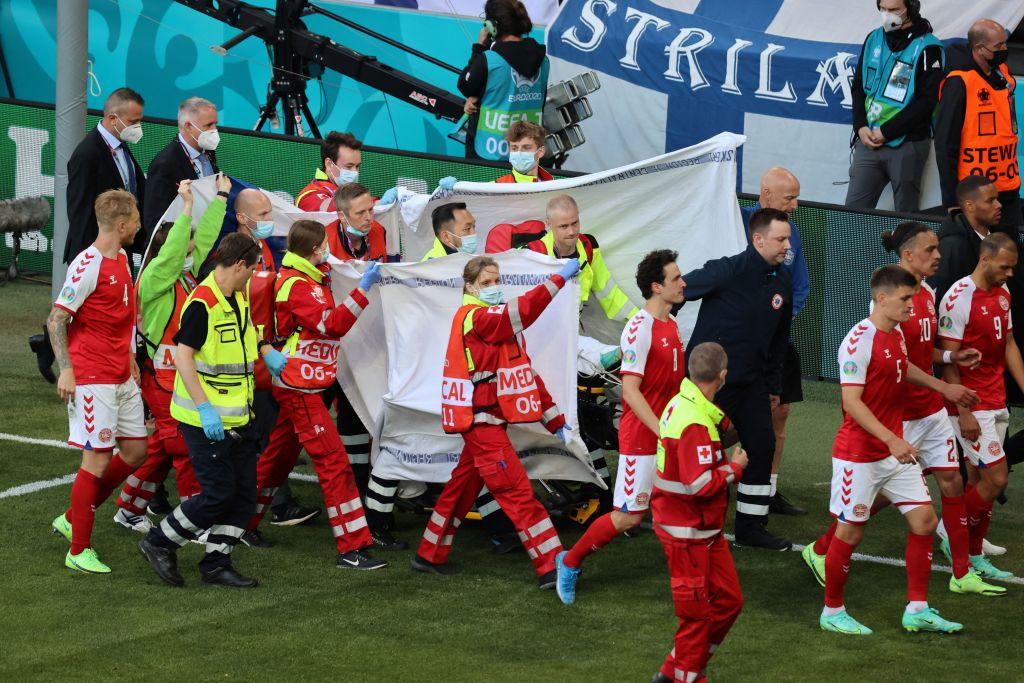 Медработники, спасшие жизнь датскому футболисту Кристиану Эриксену на Евро-2020, были награждены УЕФА