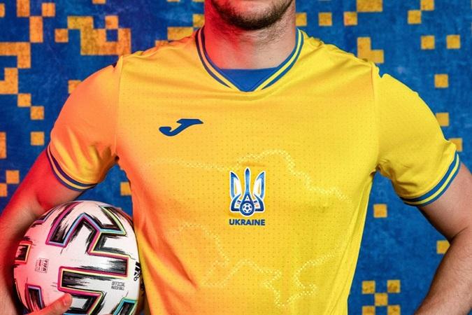 Телеведущая из Великобритании сравнила карту на форме сборной Украины по футболу с грязным пятном
