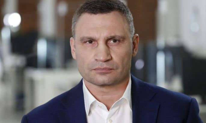 Виталий Кличко подарил подарок Александру Усику в виде символического чемпионского пояса WBC