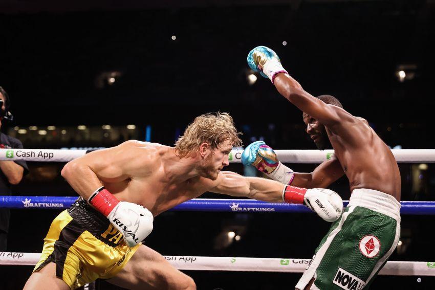 Флойд Мейвезер не смог нокаутировать Логана Пола в выставочном боксерском поединке