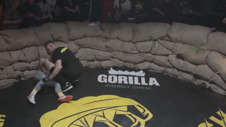 Боец кулачных боев упал на пол спустя секунд 10 после полученного удара