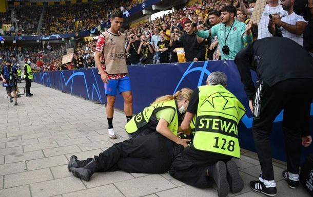Криштиану Роналду «нокаутировал» сотрудницу стадиона перед матчем «Манчестер Юнайтед» - «Янг Бойз»