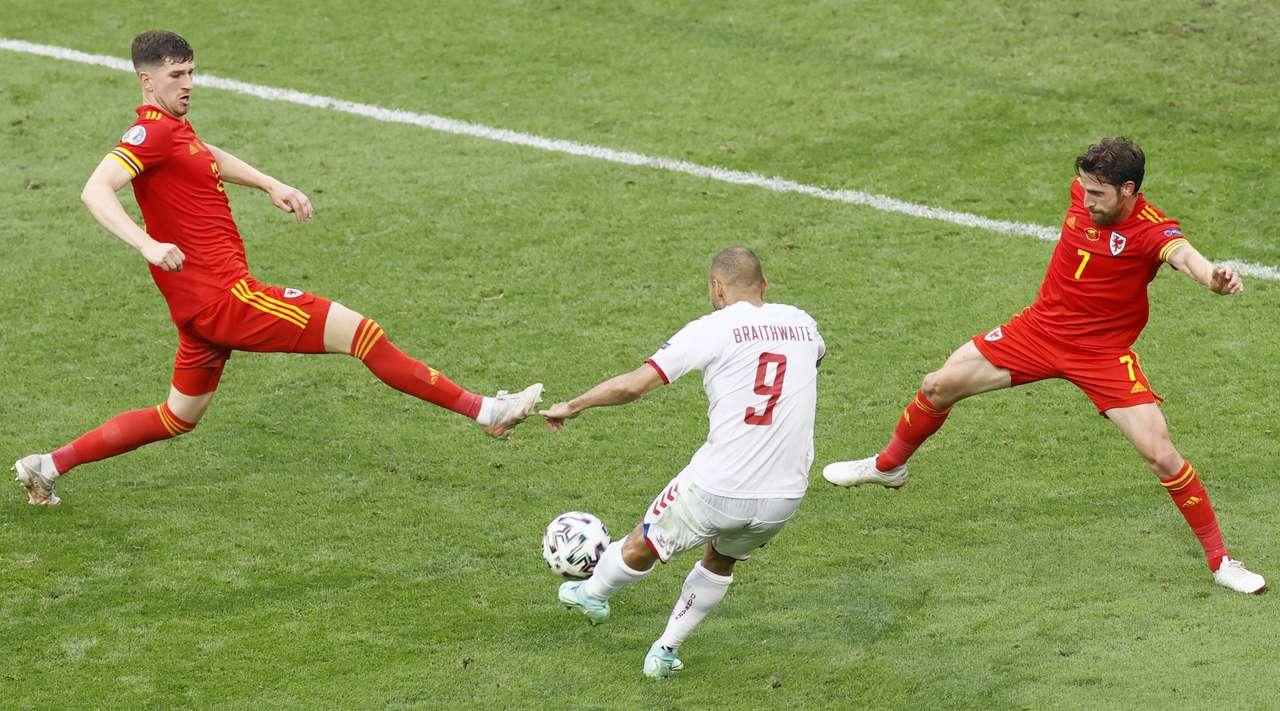 Сборная Дании первая команда, которая на Евро-2020 забила четыре мяча в двух играх подряд
