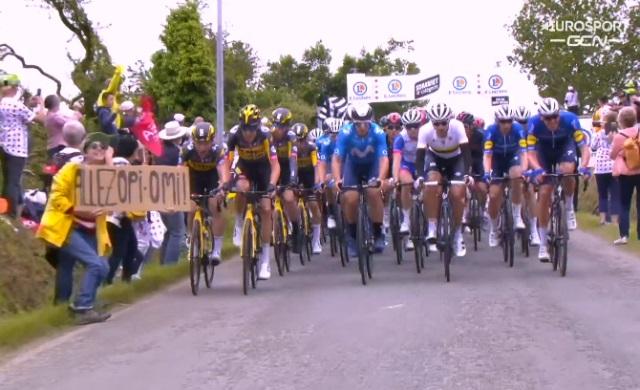"""Женщина, которая стала причиной массового завала на """"Тур де Франс"""", предстанет перед судом"""