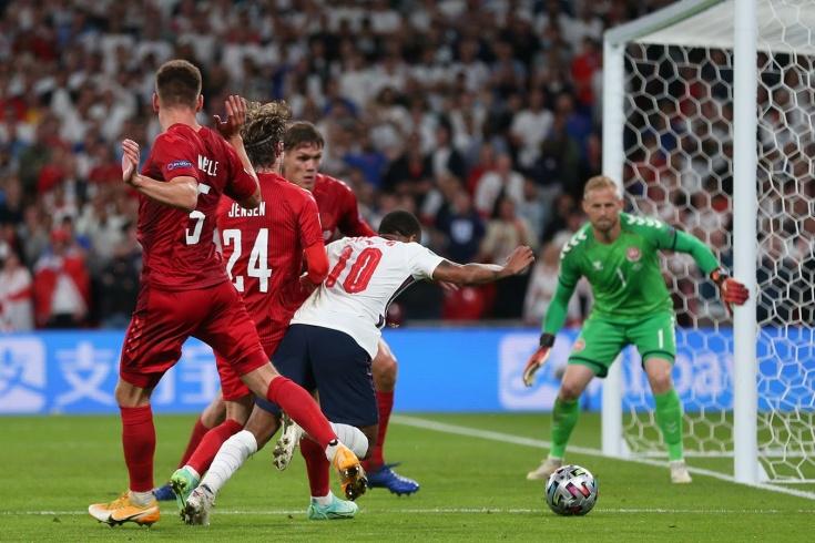 Спорный пенальти в матче 1/2 финала Евро-2020 между Англией и Данией