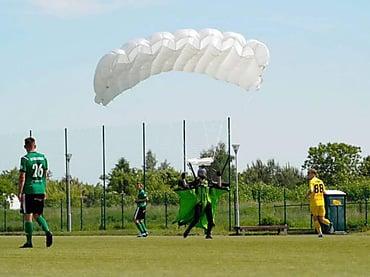 Во время футбольного матча «Олимпия Эльблонг» и «Пиза Барчево» парашютист приземлился на футбольное поле