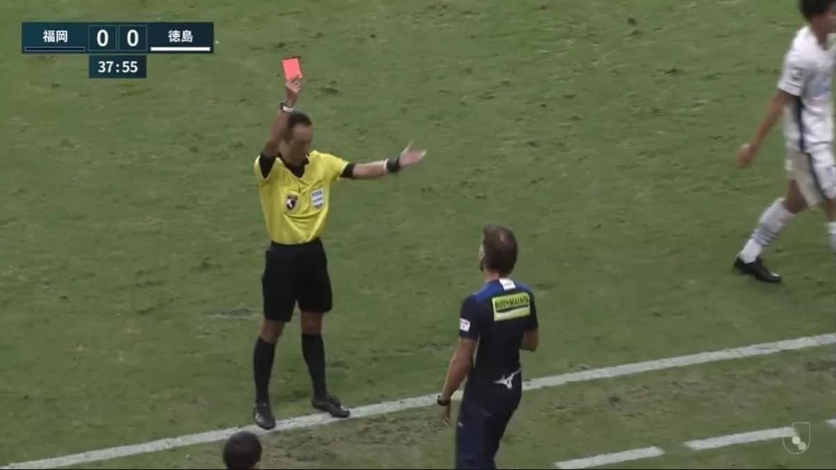 В Японии тренеру футбольного клуба «Токусима Вортис» показали красную карточку