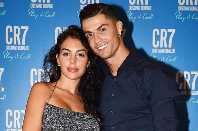Роналду во время матчей на Евро-2020 выходит на поле с фотографией своей девушки