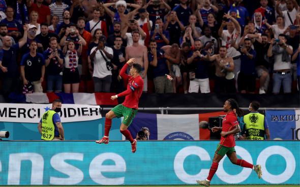 """Во время матча сборной Португалии на Евро-2020 в Роналду запустили бутылку с """"Колой"""""""