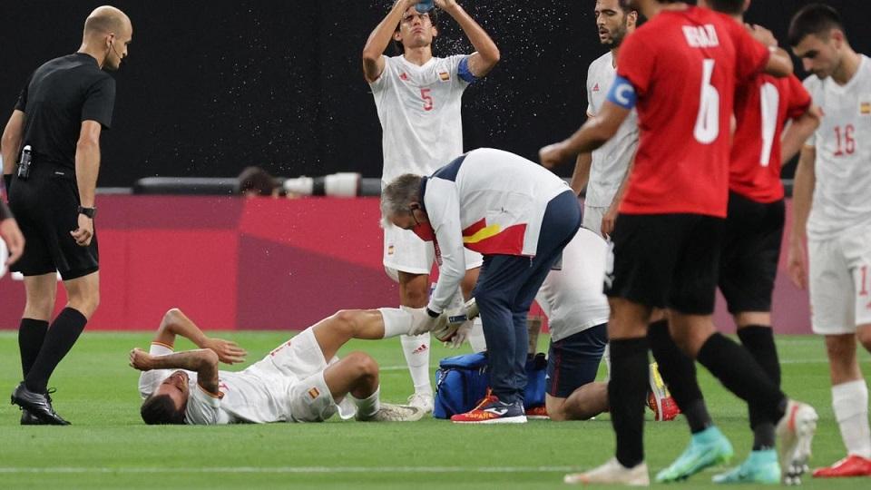 Олимпиада-2020: в матче футбольных сборных Испании и Египта жутко травмировался Дани Себальос