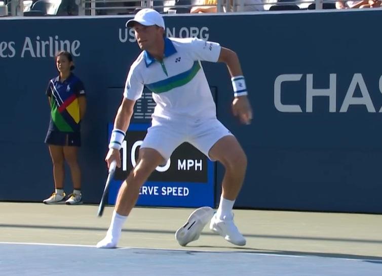 Теннисист Каспер Рууд во время матча на US Open с Ючи Сугиту потерял свои кроссовки