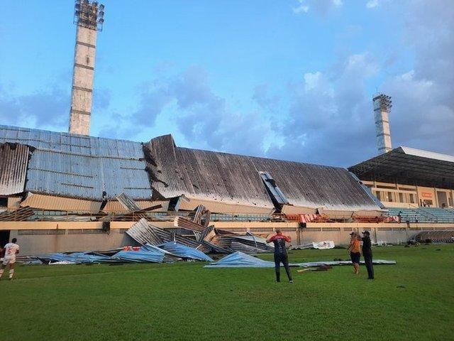 На бразильском стадионе обвалилась крыша во время футбольного матча