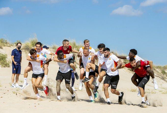 Новый тренер – новые правила: «Валенсия» тренировку провела на пляже