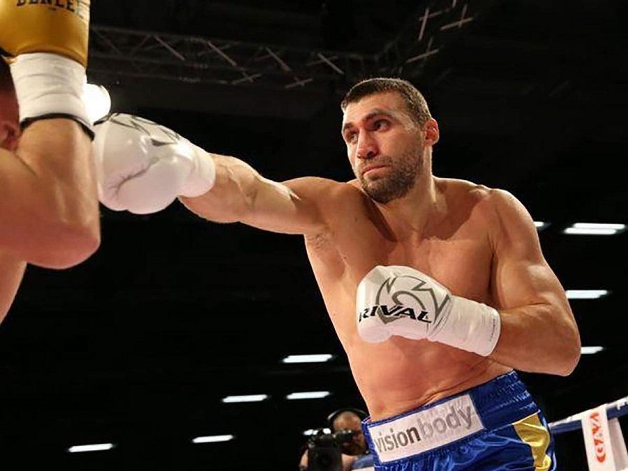 Украинский боксер Виктор Выхрист отправил поляка Пьятека в нокаут в 1 раунде